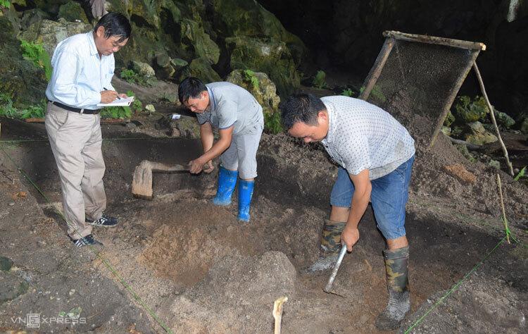 Nhóm nghiên cứu đào khảo sát tại hang Động Puông. Ảnh: Văn Hạnh.
