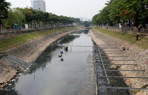Đoạn sông Tô Lịch đang được quây lại để xử lý phân hủy bùn. Ảnh: Tất Định