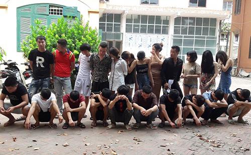 Nhóm thanh niên bị bắt quả tang trong phòng hát. Ảnh: Công an Hưng Yên.