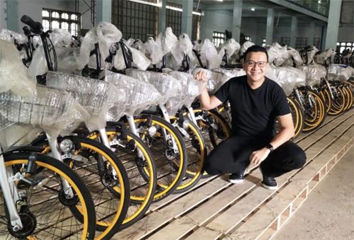 Tun Win chụp ảnh với lô xe đạp đầu tiên được chuyển đến Myanmar. Ảnh: Than Tun Win.