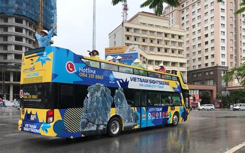 Xe buýt hai tầng chạy trên đường phố Hạ Long trong ngày khai trương. Ảnh: Bình Minh