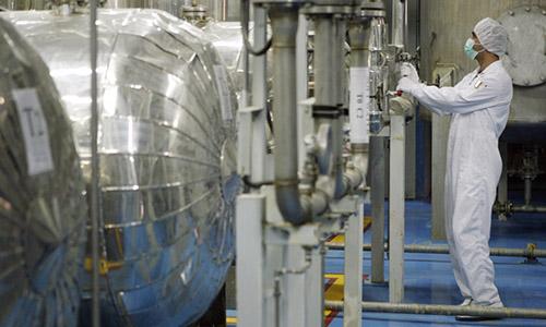 Kỹ thuật viên kiểm tra van tại một cơ sở làm giàu uranium cách Tehran hơn 400km. Ảnh:Reuters.