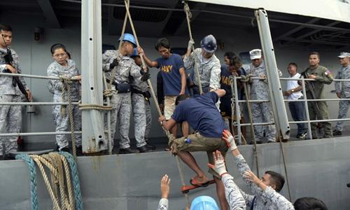 Ngư dân Philippines lên tàu hải quân để về bờ hôm 14/6 sau khi được tàu Việt Nam giải cứu. Ảnh: AP.