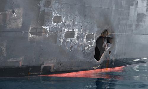 Lỗ thủng do thủy lôi gây ra trên thân tàu Kokuka Courage sau vụ tấn công hôm 13/6. Ảnh: Lầu Năm Góc.