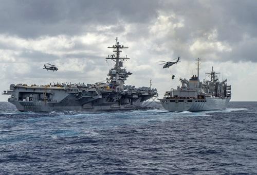 Nhóm tác chiến tàu sân bay USS Abraham Lincoln của Mỹ trên đường tới Trung Đông hôm 8/5. Ảnh: AFP.