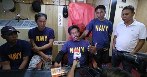 Thuyền trưởng tàu cá Gemvir-1 của Philippines , giữa, trình bày sự việc. Ảnh: Rappler.