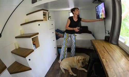 Brandy Jones chỉnh tivi trong căn nhà nhỏ của mình ở Reading, Pennsylvania hôm 5/6. Ảnh: AFP.