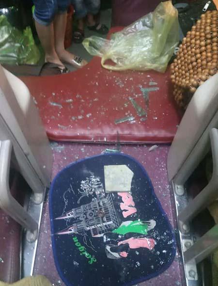 Mảnh kính và gạch đá bay vào trong xe khiến khách bị thương. Ảnh: CTV.