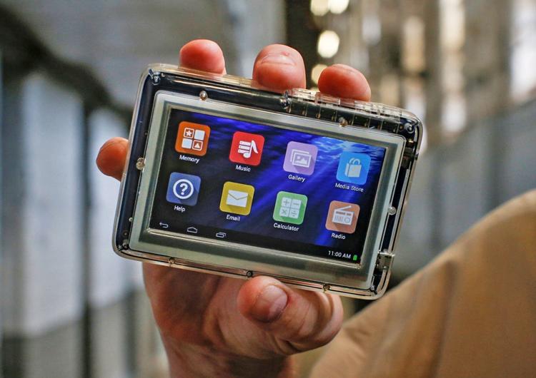 Máy tính bảng của tù nhân Mỹ được thiết kế trong suốt để chống che giấu đồ cấm. Ảnh: Brendan McDermid / Reuters.