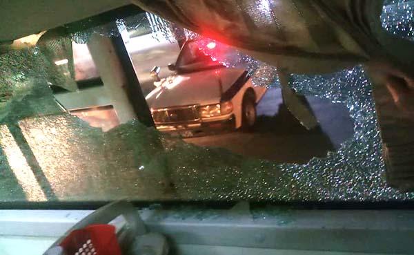 Kính xe khách vỡ vụn. Ảnh: CTV.