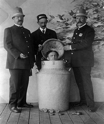Harry Houdini thực hiện tiết mục Trốn thoát Bình sữa vào thập niên 1900. Ảnh: Wildabouthoudini.