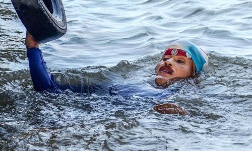 Chanchal Lahiri tại một dòng sông ở Ấn Độ trước khi thực hiện tiết mục cuối đời ngày 16/6. Ảnh: PTI.