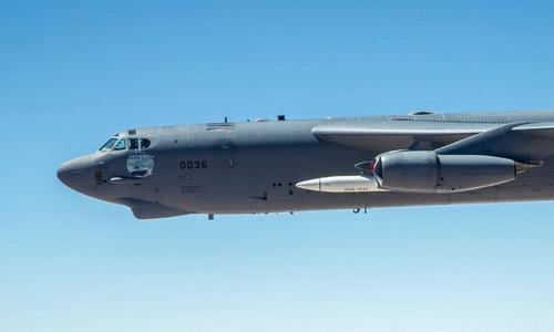 Mô hình quả đạn AGM-183A (màu trắng) trong cuộc thử nghiệm hôm 12/6. Ảnh: USAF.