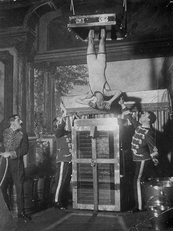 Harry Houdini biểu diễn tiết mụcBuồng Tra tấn Nước trong những năm 1910. Ảnh: LC.