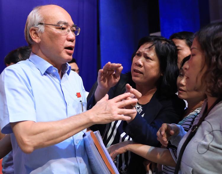 Ông Phan Nguyễn Như Khuê nói chuyện với người dân sau buổi tiếp xúc cử tri. Ảnh: Hữu Khoa.