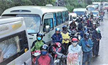Đèo Bảo Lộc sạt lở trong đêm, dòng xe ùn ứ 20 km