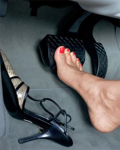 Để chân trần khi lái ôtô bị cấm ở Anh, nhưng ở Mỹ lại được phép. Nhiều phụ nữ đi giày cao gót lái xe, trong khi một số người tháo ra hoặc đổi sang loại giày khác khi ngồi vào ghế lái.