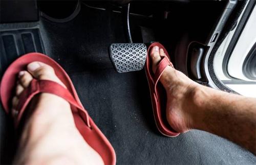 Dép xỏ ngón không phù hợp với các tài xế vì dễ bị tuột, trượt và có thể mắc vào bàn đạp.