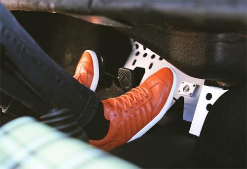 Các loại giày đế bằng phù hợp nhất khi lái ôtô.