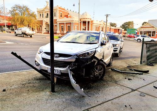 Chiếc crossover hiệu Hyundai chỉ dừng lại khi đâm trúng biển báo đỗ xe. Ảnh: SGST