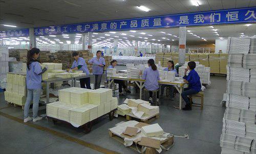 Các công nhân sắp xếp bản in tại nhà máy in Kinh Thánh lớn nhất thế giới, trụ sở ở Nam Kinh, Trung Quốc. Ảnh: Global Times.