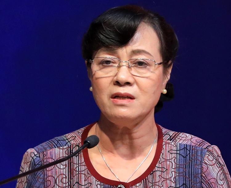 Bà Nguyễn Thị Quyết Tâm chia sẻ với cử tri về các hoạt động của Đoàn đại biểu Quốc hội liên quan vụ Thủ Thiêm. Ảnh: Hữu Khoa.