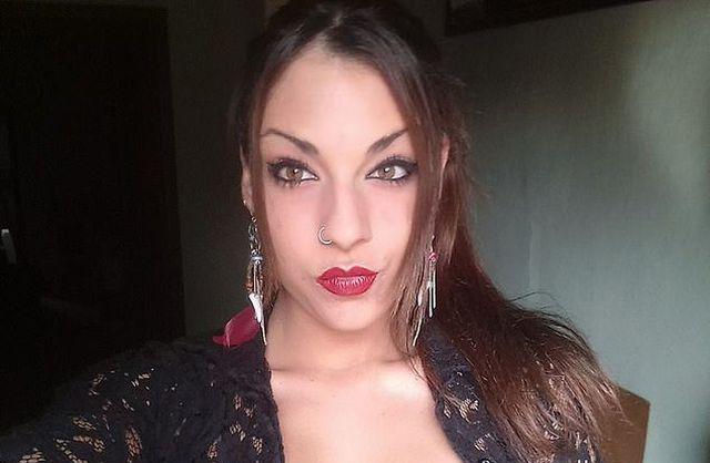 Bạn trai cũ chia tay Adaia Esteve vì tính khí thất thường của cô gái.