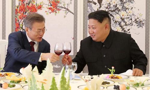 Lãnh đạo Triều Tiên Kim Jong-un (phải) và Tổng thống Hàn Quốc Moon Jae-in trong cuộc gặp thượng đỉnh ở Triều Tiên năm 2018. Ảnh: Reuters.