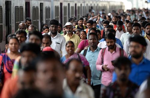 Hành khách tại ga tàu thành phố Chennai, Ấn Độ, vào giờ cao điểm của Ngày Dân số Thế giới 11/7/2018. Ảnh: AFP