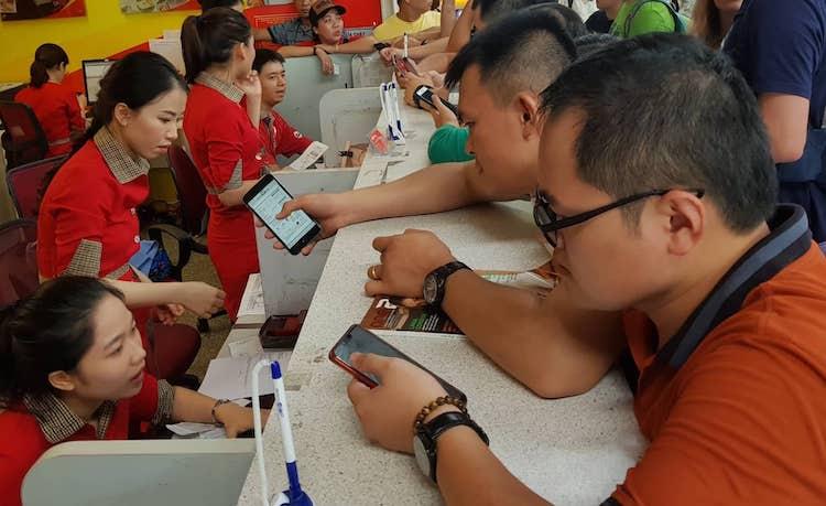 Hành kháchchờ làm thủ tụcvớiVietjet tại sân bay quốc tế Đà Nẵng trưa 15/6. Ảnh:Nguyễn Đông