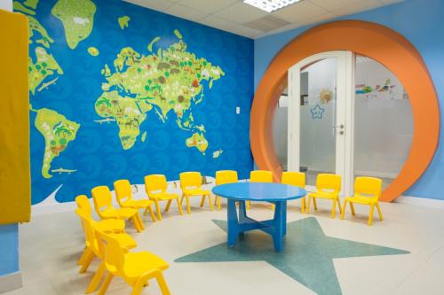 Cơ sở vật chất hiện đại và lớp học được thiết kế phù hợp lứa tuổi tại Apollo English.