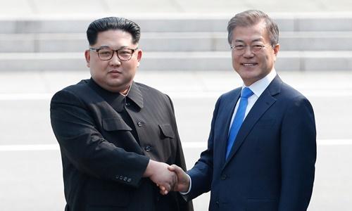 Lãnh đạo Triều Tiên Kim Jong-un (trái) và Tổng thống Hàn Moon Jae-in tại biên giới hai nước tháng 4/2018. Ảnh: Reuters.