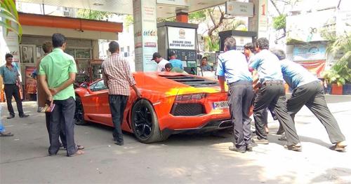 Một chiếc Lamborghini hết xăng và đang được đẩy vào trạm nhiên liệu ở Ấn Độ. Ảnh: RushLane