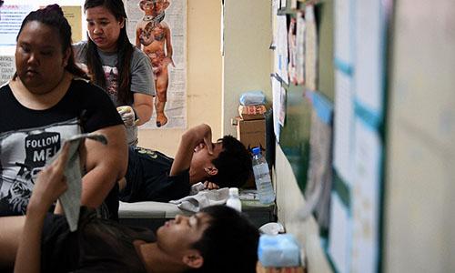Những cậu bé tham gia phẫu thuật cắt bao quy đầu tại một trung tâm y tế ở Manila ngày 10/5. Ảnh: AFP.