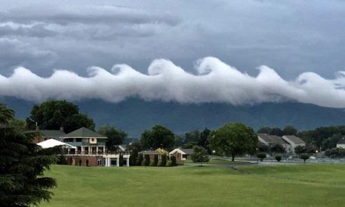Mây gợn sóng Kelvin-Helmholtz trên đỉnh núi Smith. Ảnh: CBS.