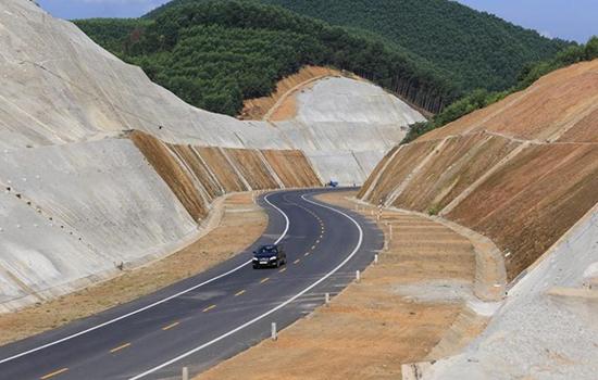 Cao tốc La Sơn - Túy Loan nối với cao tốc Bắc Nam. Ảnh:Võ Thạnh.