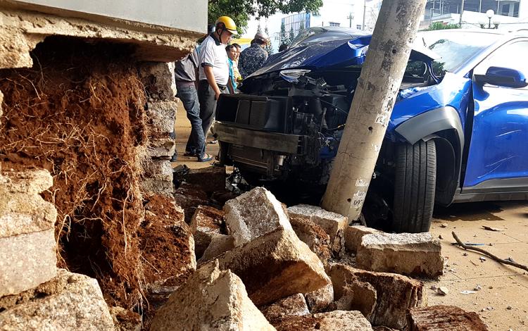 Ôtô 4 chỗ vượt đèn đỏ gây tai nạn liên hoàn - 1