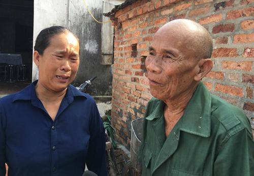 Cụ Trần Văn Thêm (phải), người mang thân phận tử tù trong 44 năm đã được bồi thường. Ảnh: N. Ngân.