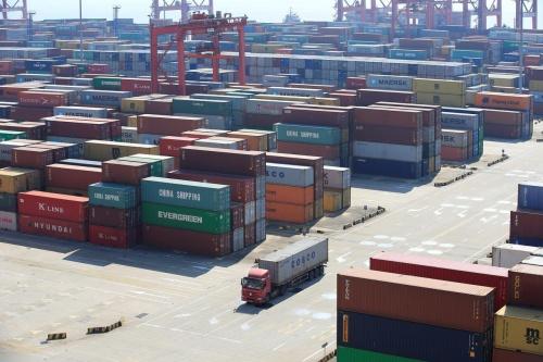 Hàng xuất khẩu của Trung Quốc ở cảng Yangshan. Ảnh: Reuters.