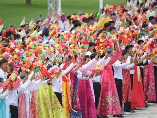Người dân Triều Tiên vẫy chào Chủ tịch Trung Quốc trên đường phố Bình Nhưỡng hôm nay. Ảnh: CCTV.