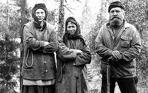 Bà Agafya(giữa) với chị gái và cha năm 1980. Ảnh: Siberian Times