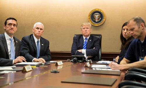 Tổng thống Mỹ Donald Trump (giữa) cùng các quan chức Mỹ tham dự một cuộc họp trực tuyến tại phòng Tình huống, Nhà Trắng ngày 26/9/2017. Ảnh: White House.