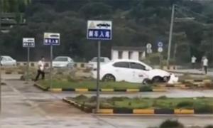 Thầy dạy lái bất lực nhìn học viên Trung Quốc quay tròn xe suốt hai phút