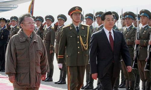 Lãnh đạo Triều Tiên Kim Jong-il (trái) đón chủ tịch Trung Quốc Hồ Cẩm Đào ở Bình Nhưỡng hồi tháng 10/2005. Ảnh: AP.