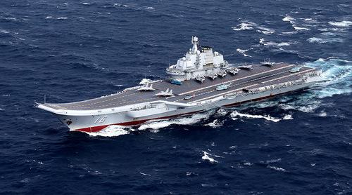 Tàu sân bay Liêu Ninh trong một đợt huấn luyện trên biển. Ảnh: Reuters.
