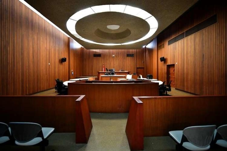 Bên trong phòng xử án của tòa cấp cơ sở Singapore.