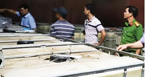 Cảnh sát khám xét một điểm sản xuất xăng dầu giả trong đường dây của ông Trịnh Sướng. Ảnh: Bộ Công an.