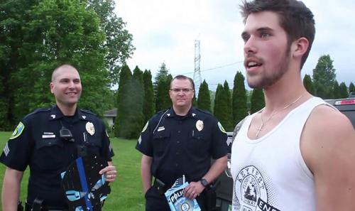 Micah (áo trắng) bất ngờ khi thấy 18 sĩ quan cảnh sát cùng tham dự tiệc tốt nghiệp của em. Ảnh: Fox News