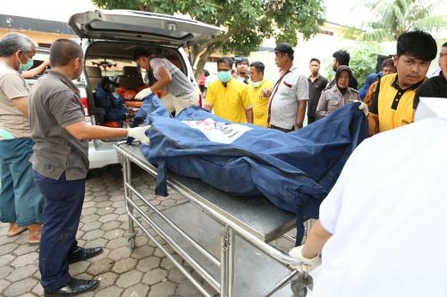 Các nạn nhân trong vụ cháy ở bắc Sumatra được đưa đến bệnh viện. Ảnh: Reuters.