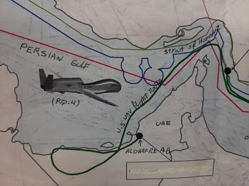 Hình ảnh đường bay của UAV Mỹ (xanh lá)  và ranh giới lãnh hải Iran (xanh biển) do Tehran công bố. Ảnh: Twitter.